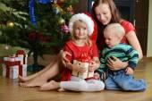 Děti s matkou — Stock fotografie
