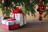 Елочные игрушки и подарки — Стоковое фото