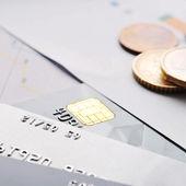 Cartes de crédit et des pièces de monnaie — Photo