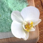 Green sea salt for bathing with orchid — Stock Photo