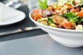 Saborosa salada no prato — Fotografia Stock