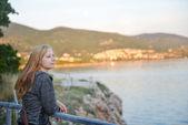 Woman  looking at sea — Stock Photo
