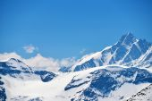 Capped mountain peaks — Stock Photo