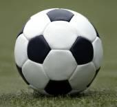 サッカーのクローズ アップを再生するために白と黒のボール — ストック写真