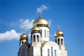 Construction of a new temple with gold domes against blue sky — Stock Photo