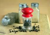 辣椒、 胡椒磨、 调味瓶在厨房桌子上特写 — 图库照片