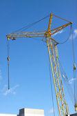 Toren kraan op industriële gebouwen over blauwe hemel — Stockfoto