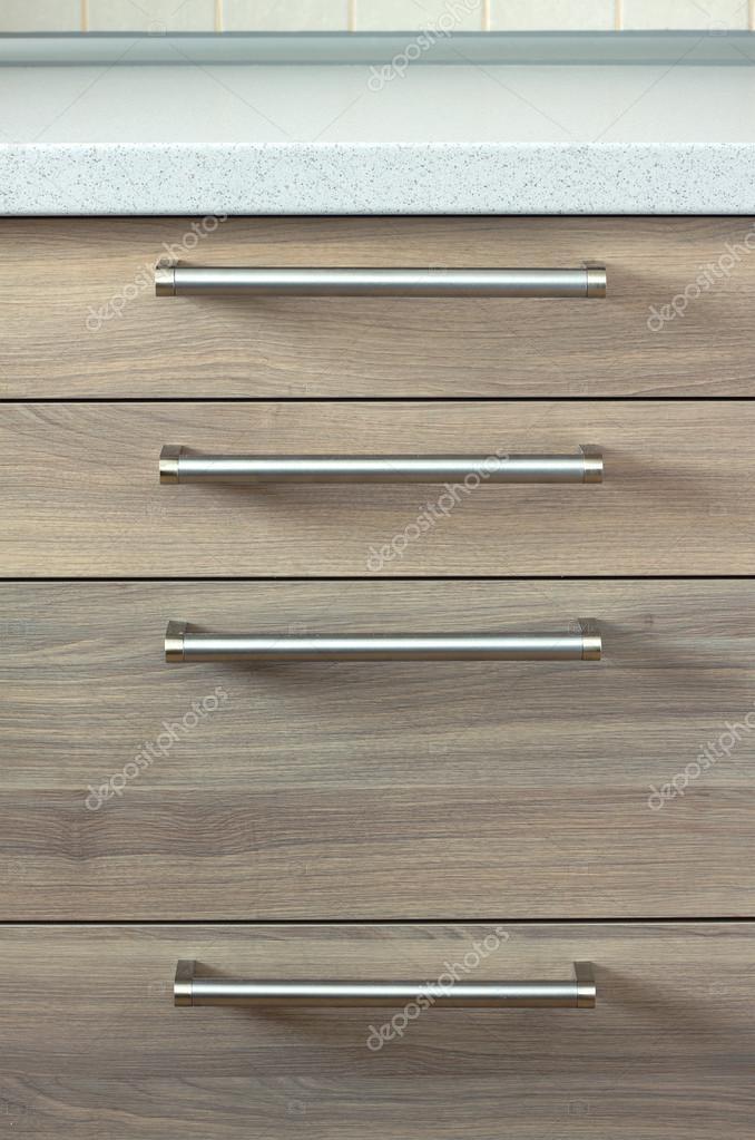 Vooraanzicht van glijdende houten kisten in moderne keuken ...