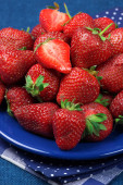 Strawberries in blue plate — Stock Photo