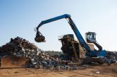 Working metal scrap loading machine — Stock Photo