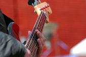 Guitarist plays — Stock Photo