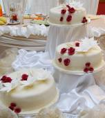 White wedding cake with red roses — Stock Photo