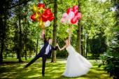 Par bruden och brudgummen med ballonger — Stockfoto