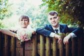 Vicino di una coppia bella giovane sposa — Foto Stock