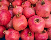 Pomegranates at the Market.  Fresh farmer's market pomegranates. — 图库照片