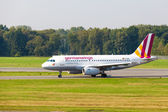 Airbus A319-100 German wings lands — Stock Photo