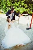 Edding par på swing — Stockfoto