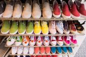 Colorful  shoes on sale. — Stock Photo