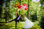 Couple posing   with balloons — 图库照片