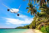 Vliegtuig over Oceaan — Stockfoto