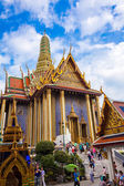Temples and tourists at Bangkoks Grand Palace — Stock Photo