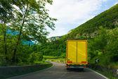 Yolda sarı kamyon. — Stok fotoğraf