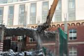 Heavy dredger demolishes building — Stock Photo
