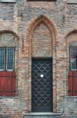 Gothic door in medieval building — Fotografia Stock