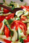 Närbild av hackade färska säsongsbetonade grönsaker — Stockfoto