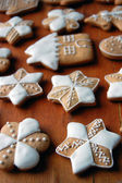 Gingerbread cookies on wooden table — Stockfoto