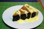 Homemade cake with poppy seeds and lemon sauce - sweet food — Stock Photo
