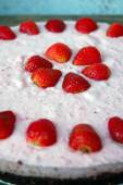 Background with raw strawberry cake — Stock Photo