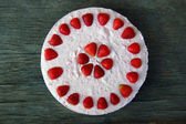 Background with raw strawberry cake — Stock Photo