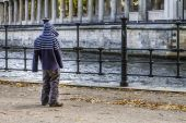Lonely child in the city — Stock Photo