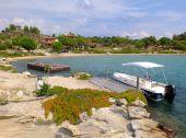 Boat at the bay, Diaporos island, Sithonia, Greece — Stock Photo