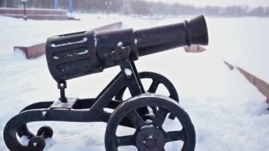 Onega lake embankment with old cast-iron cannons — Vidéo