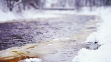 Lososinka river and drifting ice at winter day — Stok video