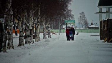 Family walking on Onega lake embankment — Stock Video