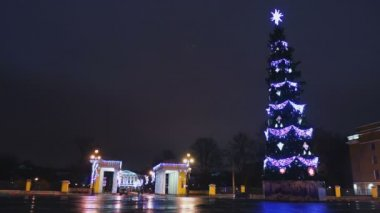 Smolensky Cathedral with tall Christmas tree and cars passing by — Stockvideo