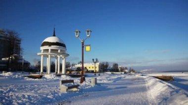 Classic rotunda at Onega lake embankment — Vídeo stock