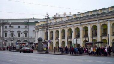 Pedestrians moving through Nevsky Avenue — Stock Video