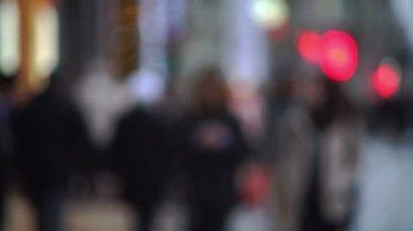 Defocused view of pedestrians moving through street — Stock Video