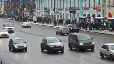 Pedestrians and cars moving through Nevsky Prospect — Stock Video