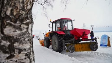 Snow-plough clearing the site of International Winter Festival — Vídeo de Stock