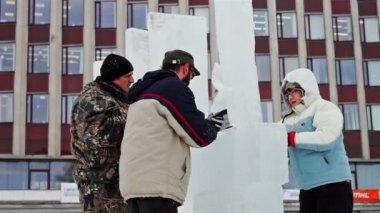 Ice sculptors working — Stock Video