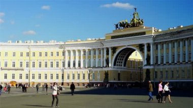 Palace square and many tourists — ストックビデオ
