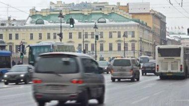 Cars moving through Nevsky Prospect — Stock Video