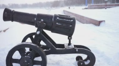 Onega lake embankment with old cast-iron cannons — Stockvideo