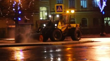 Snow-plough cleaning pavement at late evening — ストックビデオ