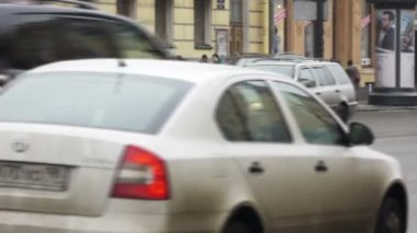Cars on street during the day traffic — Vídeo de stock